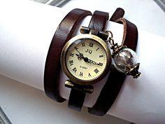 Außergewöhnliche Armbanduhr im Antik Look (natürlich voll funktionsfähig):  Bronzefarbene massive Uhr mit römischen Ziffern auf dunkelbraunem Leder...
