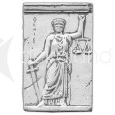 Płaskorzeźba z betonu przedstawiająca Temidę grecką boginię sprawiedliwości.