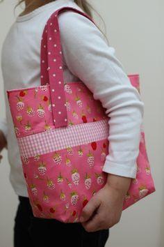"""Seit Monaten nähe ich kleine Taschen für die Mädels um mich herum. Die Idee dazu kam vom amerikanischen Blog """"My Cotton Creations"""". Den Schnitt habe ichdamals füreine zweiteTaschein…"""