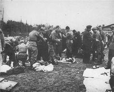 Guardias de la Ustachi desvalijando a un grupo de prisioneros a su llegada al campo de concentracion de Jasenovac.