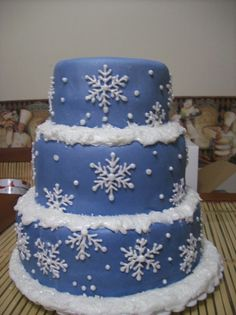 Winter wedding cake blue with snowflakes