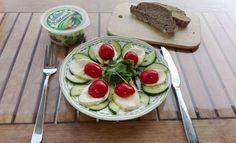 Ihr wollt Tomaten-Mozzarella einmal anders genießen? Dann werft doch einen Blick auf unsere Website! Denn unsere Tomaten-Mozzarella Kreation schmeckt dank Gurken und Rucola äußerst verlockend. Tomate Mozzarella, Pudding, Desserts, Food, Lettuce Recipes, Essen, Meal, Custard Pudding, Deserts