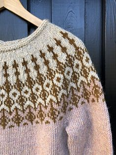 Knitting Patterns combine Then it& here . model M A J, a new Nordic design with a light and feminine away. The pattern is net . Jumper Knitting Pattern, New Nordic, Fair Isle Knitting, Knit Picks, Nordic Design, Sweater Design, Knit Patterns, Knitting Projects, Knitted Hats