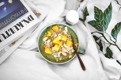Mixa ihop: Fryst mango Fryst grönkål Avokado (jag använde fryst) Hampaprotein Riven ingefära Limesaft Vatten till önskad konsistens Toppa förslagsvis med: Müsli, bipollen och mangobitar. Äpple, selleri, gurka, mynta.