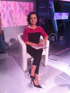 "Pani Jolanta Fajkowska w bluzce VITO VERGELIS podczas nagrania programu ""Fajka pokoju""."