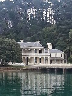The historic and beautiful Mansion House Bay, Kawau Island, north of Auckland, New Zealand. The Beautiful Country, Beautiful Places, Amazing Places, Beautiful Homes, Auckland, Edwardian House, Victorian Houses, Hong Kong, New Zealand Landscape