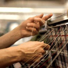 La producción de una bufanda para el sello Brooks Brothers Negro Fleece, diseñada por Thom Browne, en JJ & HB 1788 Cashmere Mills, en Innerleithen, en la región de las fronteras.