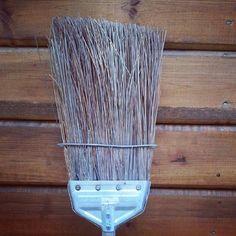 کلمه: جارو.  توضیح: چیزی که با آن زمین را تمیز می کنیم.  مثال: امروز تمام برگهای حیاط رو با این جارو تمیز کردم. #zangefarsi #learnpersian www.zangefarsi.com /jaaru/