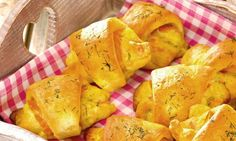 Ein pikantes Gebäck mit einer Käse-Lachs-Füllung für die Party