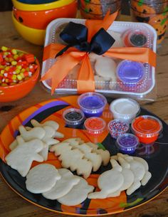 Halloween Cookies Decorating Kit Gift Box from The Solvang Bakery, Solvang California - Great Hostess Gifts! Comida De Halloween Ideas, Halloween Desserts, Halloween Food For Party, Halloween Treats, Diy Halloween, Fall Cookies, Cookies For Kids, Haunted Gingerbread House, Decorated Cookies