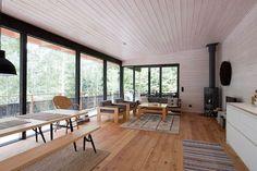 Tämä Nauvossa sijaitseva moderni kesäasunto on arkkitehtitoimisto Haroma & Partnersin käsialaa. Lämmin ja ympäristön ilmeeseen täydellisesti mukautuva puu antaa tälle tilavalle kesäasunnolle kodikkaan