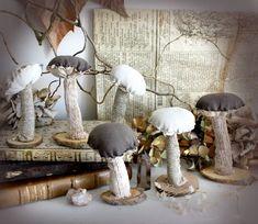 Ferngully . sculpture de petit champignon artisanal en tissus et bois décoration nature pagan sorcellerie magie automnale .