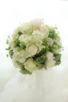 いい匂い、というバラはたくさんありますがその代表格のひとつ、フェアビアンカ。そしてスズランもたくさん。香りのよい花は、自分も大好きです。うさぎさんのブーケ...