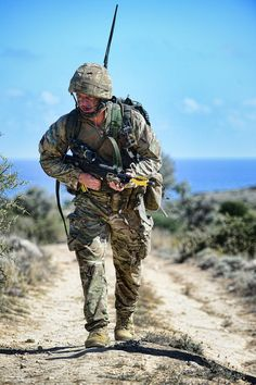 An Army Reservist soldier from 6 Rifles on patrol during Exercise Lion Star in Cyprus. British Armed Forces, British Soldier, British Army, Military Humor, Military Weapons, Military Men, Army Reserve, Army Infantry, Afghanistan War