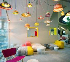 salon extraordinaire avec lustres, fauteuils et chaise en couleurs