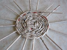 7 Interweaving with paper straws. Newspaper Basket, Newspaper Crafts, Origami Organiser, Paper Basket Weaving, Fabric Basket, Paper Magic, Diy Papier, Cardboard Paper, Paper Straws