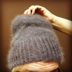 Monet tuntevat Kalastajan vaimon Beanie-myssyn ja sellaisia olenkin tehnyt pari kertaa. Rowan Angora Haze-lanka on tosi ihanan pehmeä. Käytö... Handicraft, Knitted Hats, Sewing Patterns, Artsy, Knitting, Crafts, Diy, Handmade, Beanies