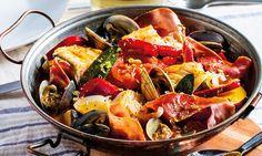 De Norte a Sul do país, o bacalhau é dos alimentos mais presentes na gastronomia portuguesa. Propomos-lhe uma cataplana de bacalhau com presunto e amêijoas.