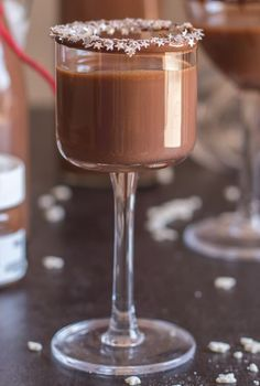 Homemade Creamy Nutella Liqueur an easy delicious hazelnut cream liqueur. Cold or on the rocks is the perfect Christmas holiday drink or dessert. Liquor Drinks, Dessert Drinks, Fun Drinks, Desserts, Beverages, Alcoholic Drinks, Homemade Whiskey, Homemade Liquor, Christmas Drinks