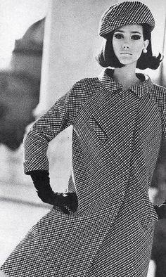 Henry Clarke : Fashion photography by Henry Clarke, (Als trui, met kraagje in zelfde materiaal) Fashion 60s, 60s Fashion Trends, Fashion History, Fashion Vintage, 1960s Fashion Hippie, Sporty Fashion, Fashion Poses, Fashion Images, French Fashion
