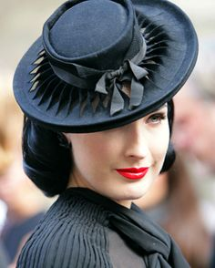 Fancy boater style hat with the buckram showing through twisted strips of the fabric (felt?). Stylish Ditta!