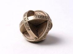Artista cria mini esculturas criativas utilizando moedas 8