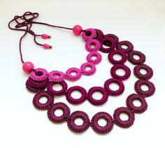 horgolt nyaklánc lila árnyalatokkal / crochet necklace in shades of purple