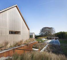 Shingle-clad house by Bates Masi Architects mimics Long Island potato barns Long Island, Cedar Shingle Homes, Die Hamptons, Agricultural Buildings, Modern Architects, Landscape Architects, Vernacular Architecture, Lokal, East Hampton