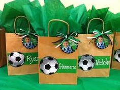 Today you will learn to organize and decorate the best children's party with a soccer theme, because we attach an idea for every detail. Soccer Party Favors, Soccer Birthday Parties, Football Birthday, Sports Birthday, Birthday Party Themes, Soccer Gifts, Soccer Snacks, Football Themes, Childrens Party