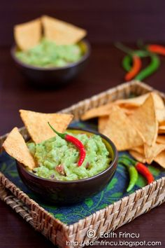 Guacamole recipe with nachos Edith's Kitchen, Guacamole Recipe, Healthy Recipes, Vegetarian Recipes, Party Snacks, Raw Vegan, Pesto, Foodies, Good Food