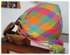 artesanías, Bolsos, Colombia, Multicolor- artesanum com www.artesanum.com550 × 429Sök med bild Mochila wayuu tejida a mano con herrajes finos y correa de cuero, producto de excelente