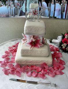 #weddingcakedecorations #pinkflowers #rosepedals