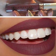 Gorgeous purplish maroon matte liquid lipstick by Anastasia Beverly Hills called Trust Issues. حمرة سائلة مات، تينن!!! خصوصا مع برونزر ومكياج خفيف على العين. لونها بنفسجي على ماروني. من انستازيا اسمها Trust Issues. تلقونها اون لاين او عند التاجرات في الانستغرام.  @beautyby_yesi & @makeupbypoohbear