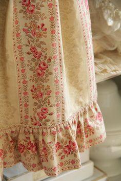ローズ柄のガーリーなアンティーク少女ワンピース。アンティーク×フレンチ×カントリーな雰囲気に飾るのがお気に入りでした♪◆福袋セット*ローズ柄のアンティーク少女ワンピースセット/sold...