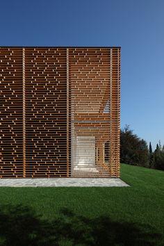 New Ideas For Wooden Screen Facade Building Wooden Architecture, Facade Architecture, Residential Architecture, Amazing Architecture, Contemporary Architecture, Italy Architecture, Minimal Architecture, Architecture Interiors, Ancient Architecture