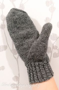 Silmukanjuoksuja: Harmajaiset lapaset Knitting Socks, Handicraft, Fingerless Gloves, Arm Warmers, Knitting Patterns, Embroidery, Crochet, Knits, Fashion