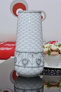 braided vase made of wire Wire Art, Braids, Vase, Sculpture, Bang Braids, Cornrows, Braid Hairstyles, Sculptures, Plaits