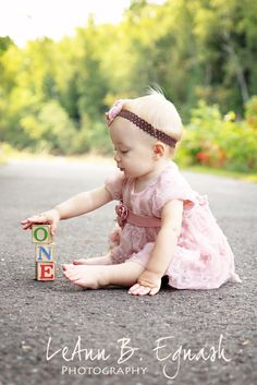 wood-blocks-age-birthday-photo-ideas I kept my eye out for birthday photo ideas that show the child's age and are super simple. And now I'm sharing a list of 15 easy birthday photo ideas so you can be inspired to try some out for your… One Year Pictures, Baby Pictures, 1 Year Photos, Family Pictures, One Year Birthday, Girl Birthday, Birthday Ideas, Birthday Gifts, Cake Birthday