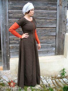 Einfaches. frontal geschnürtes Kleid aus naturbrauner Wolle