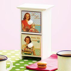 Cette mini-armoire de rangement joliment décorée accueille les sachets de thé, les épices, les sachets de levure etc.
