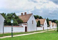 A műemlékegyüttest fal veszi körül, azon kívül erdő borítja a területet. Fal, Village Houses, Homeland, Hungary, Sidewalk, Mansions, House Styles, Home Decor, Decoration Home