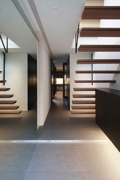 玄関を入ると奥まで一直線の動線。左の鏡の裏は水回り、奥へ主寝室、書斎と続く。  japan-architects.com: 黒崎敏/APOLLOによる杉並の住宅「ARK」