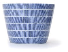 Inban Soba Cup Set of 5 - Contemporary soba 'choko' in indigo blue dye and white colour combinations. Not just beautifully proportioned, these soba 'choko' are very versatile and can be easily used as drinking vessels, ice cream cups, and many uses. φ76xH56mm 140ml. Ame - Rain - Ref : AZKS00003. 29€