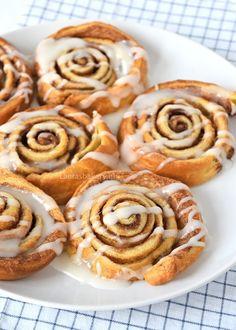 Snelle cinnamon rolls - Laura's Bakery Baking Recipes, Cookie Recipes, Dutch Recipes, Baking Bad, Cinnamon Rolls, I Love Food, Fun Desserts, Sweet Recipes, Sweet Tooth