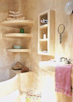 Dar Beida [The white house] Tadelakt shelves Maison Earthship, Earthship Home, Adobe Haus, Earth Bag Homes, Stone Bathroom, Natural Bathroom, Simple Bathroom, Natural Homes, Natural Building