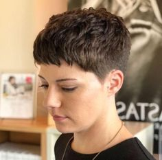 Hair Care Tips. Recommendations for great looking hair. An individual's hair is without a doubt what can easily define you as a person. To most men and women it is undoubtedly vital to have a good hair style. Short Curly Pixie, Short Pixie Haircuts, Short Hair Cuts, Short Curls, Short Hair Undercut, Undercut Hairstyles, Pixie Hairstyles, Pixie Cut Kurz, Super Short Hair