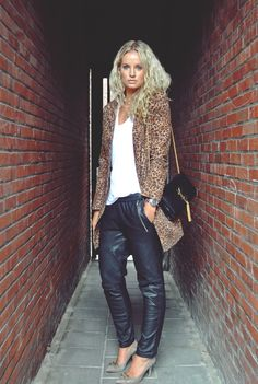 leopard and leather joggers Passion For Fashion, Love Fashion, Girl Fashion, Fashion Looks, Fashion Outfits, Womens Fashion, Outfits Leggins, Joggers Outfit, Tracksuit Pants