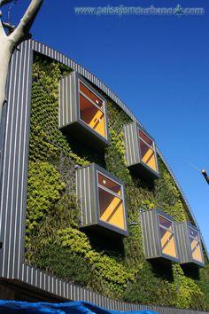 Ecosistema vertical de 222 metros cuadrados compuesto por dos fachadas vegetales. Para realizarlo se han utilizado más de 6.000 plantas.