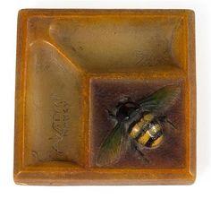 """AMALRIC WALTER (1870-1959) & HENRI BERGÉ (SCULPTEUR) <br /> Petit vide-poches carré en pâte de verre jaune et orangée, à décor, sur une terrasse surmontant deux bassins, d'un bourdon en relief de teintes jaune, noir et vert. Signatures en creux """"A. Walter"""" et """"Bergé sc."""". (Éclats dans un angle). <br /> Larg. 9 x 9cm <br /> A small yellow and orange molten glass trinket bowl. Engraved signature. (Chip on one angle). <br /> Width 3 1/2 x 3 1/2 IN. <br /> <br /> <br />"""