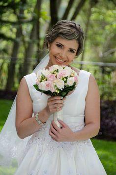 Francis con un bello bouquet en rosas vendelas, titanic e hipericum. Mas sonrisas, mas amor con Alegra Con Flores.